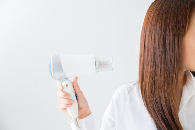 髪を乾かす重要性とは!頭皮や髪を守る正しい髪の乾かし方